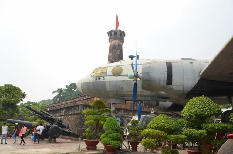 A típica estrutura vietnamita: pacíficos bonsais ao lado de instrumentos de guerra. Museu Imperial da Guerra, em Hanó
