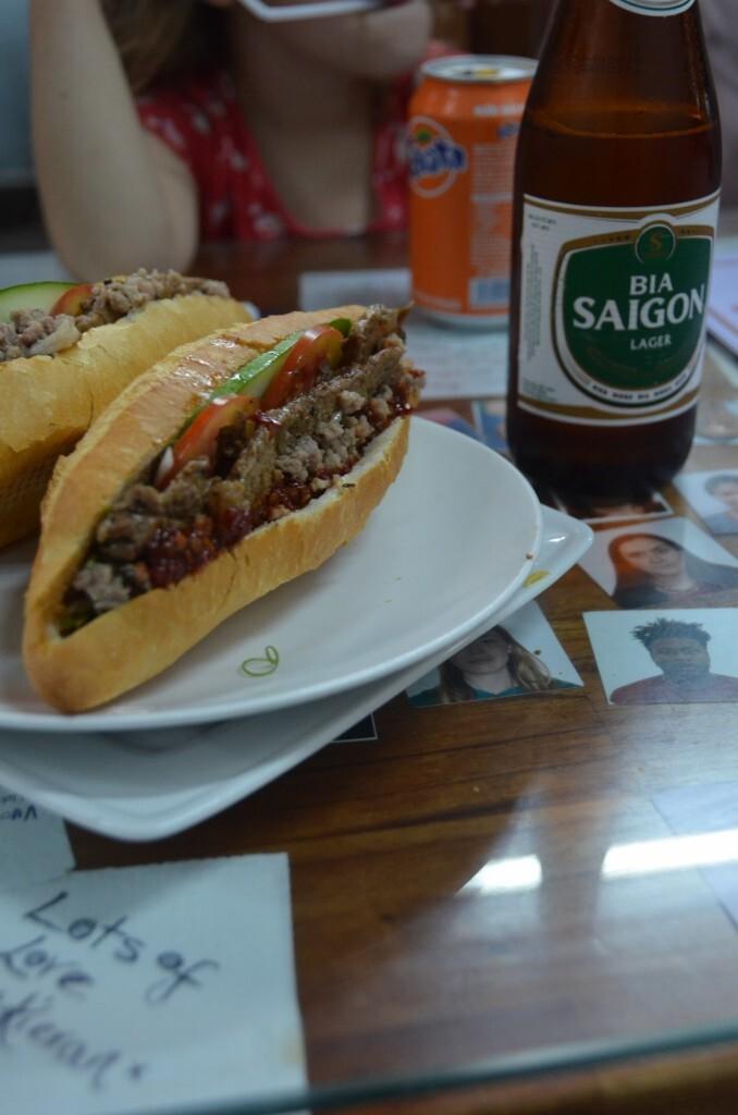 Combinação perfeita: banh mí e cerveja Saigon (a melhor cerveja do universo!)