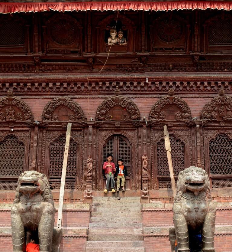 Meninos brincam em templo na praça Darbar