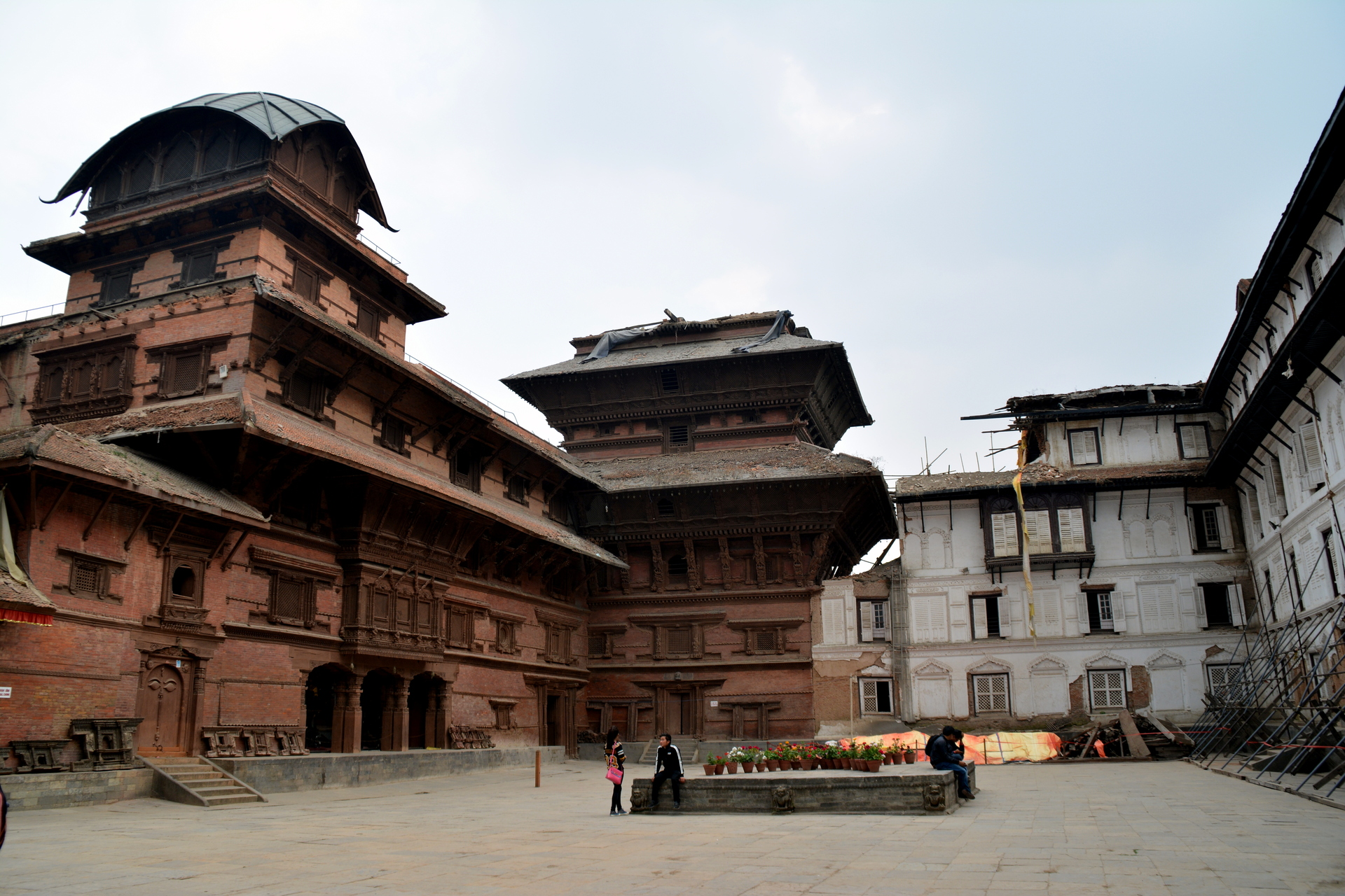 Estacas de contenção estão sempre presentes nas construções em Kathmandu depois do terremoto