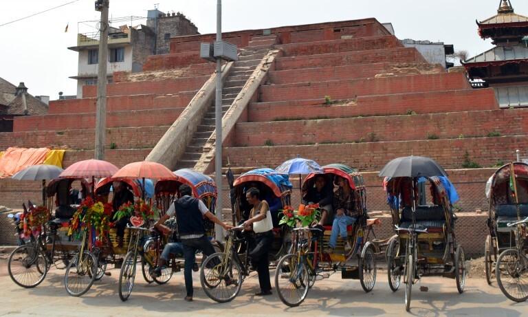 Riquixas na frente do que antes do terremoto era um dos principais templos da praça Darbar