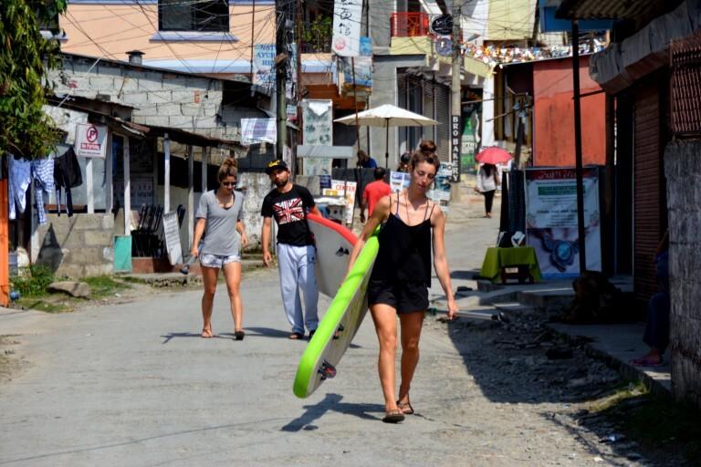 Turistas a caminho do lago para praticar stand up paddle em Phokara