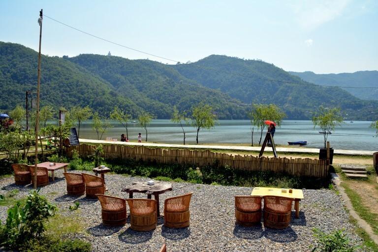 Restaurante com vista para o lago em Pokhara; com R$ 10 se come bem no país