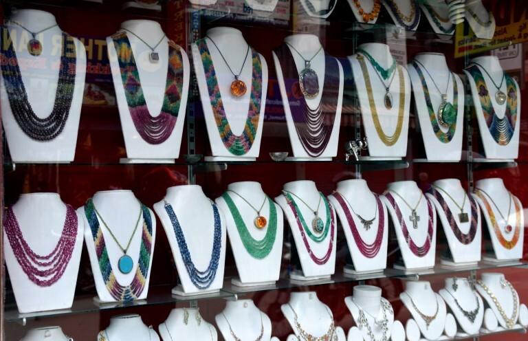 Vitrine de loja de colares com pedras típicas do Nepal