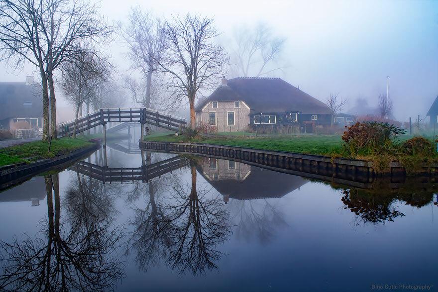 Giethoorn coberta pela névoa ao amanhecer