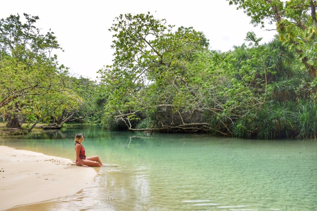 O rio que desemboca no mar da Frenchman's Cove, em Port Antonio, Jamaica