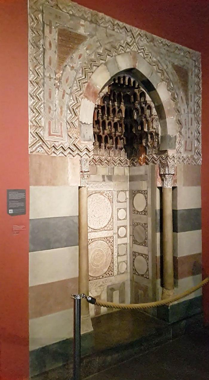 Mihrab, nicho semi-circular de mesquita, que aponta a direção da cidade de Meca