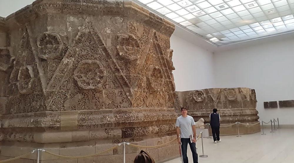 A Fachada de Mshatta é feita de pedra (com 45 metros) e decorada com relevos singulares, cada flor nessa fachada é única, tornando todos os desenhos, distintos