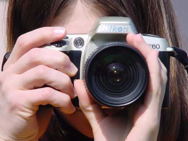 girl-with-camera-1254494-640x480