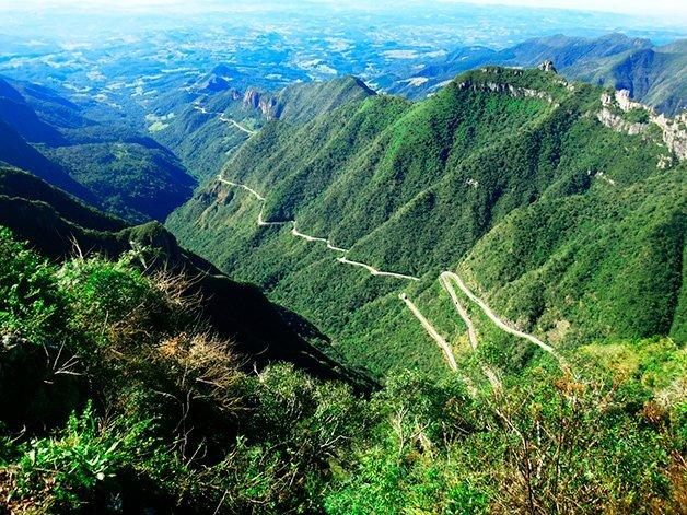 A estrada sinuosa cativa motoristas e passageiros que passam pela Serra Catarinense
