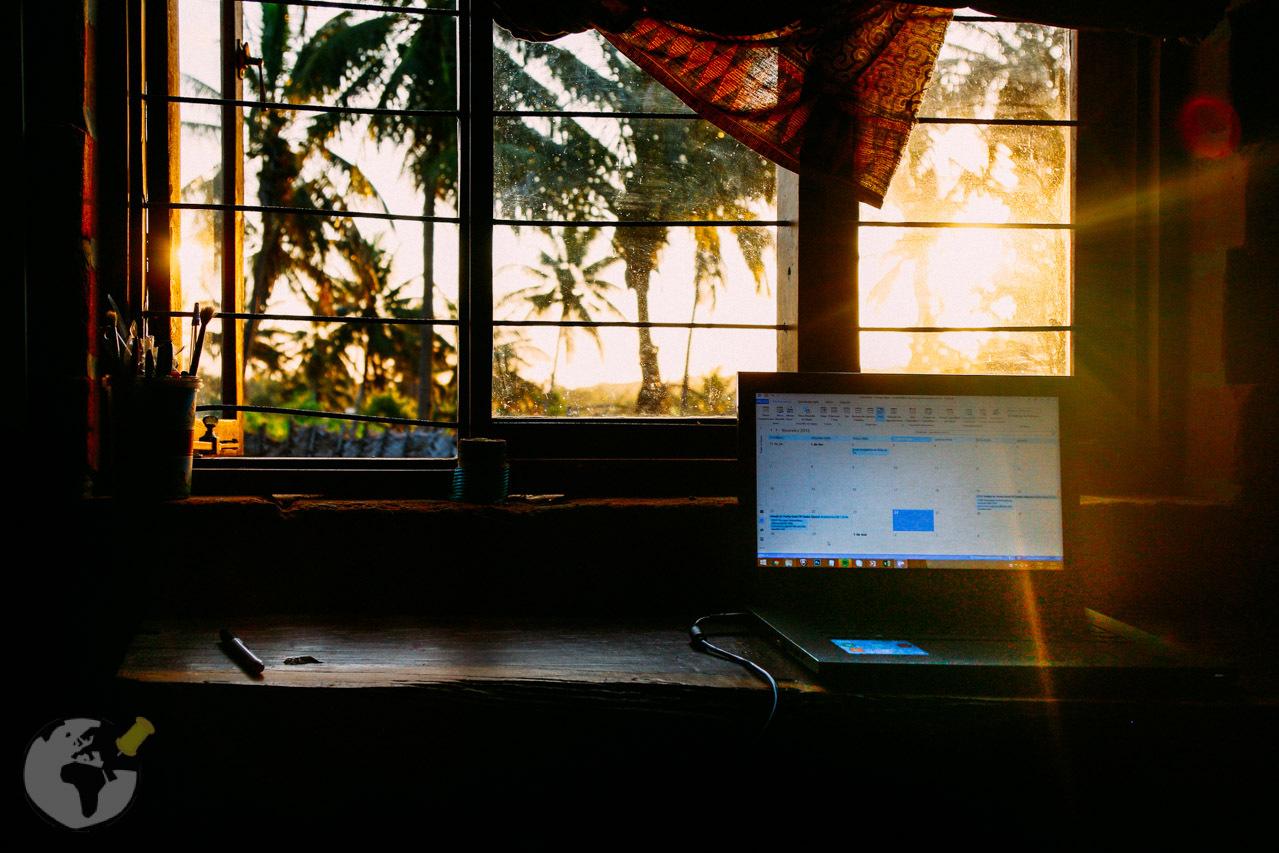 Sol brilhando lá fora e o trabalho chamando aqui dentro de casa