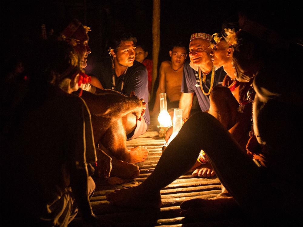 Capitão e Emmanuel participam de uma cerimônia Mentawai, na Indonésia