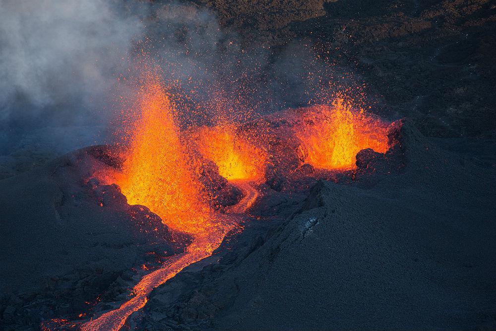 Jatos de lava na cratera