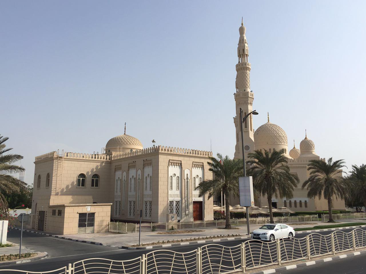 Mesquitas são vistas com facilidade em qualquer passeio por Dubai
