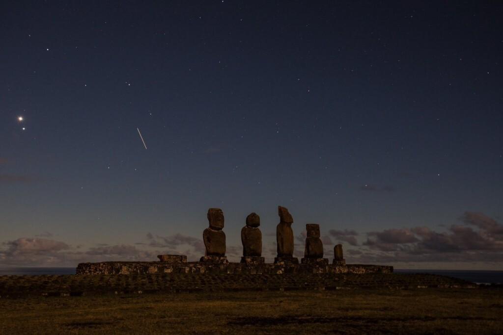 Noite iluminada no Moai de Tahai, na Ilha de Páscoa