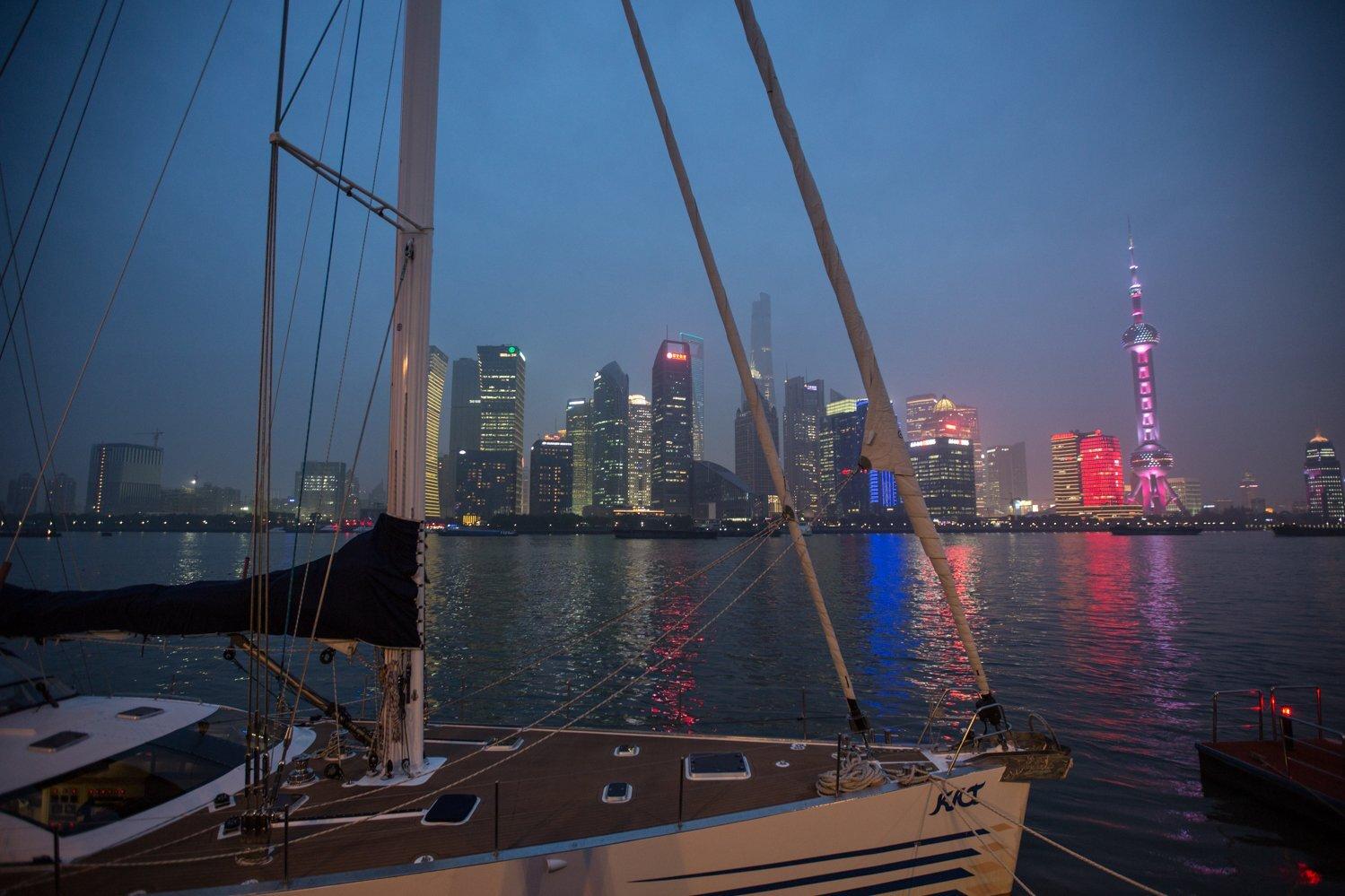 Veleiro Kat e as luzes de Xangai