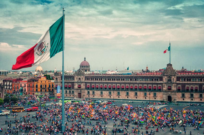 Praça da Constituição ou mais conhecida como Zócalo é a principal praça da capital do México