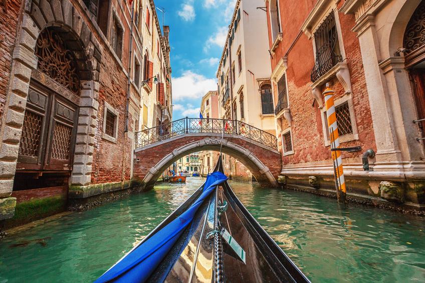 Vista de gôndola durante o passeio pelos canais de Veneza