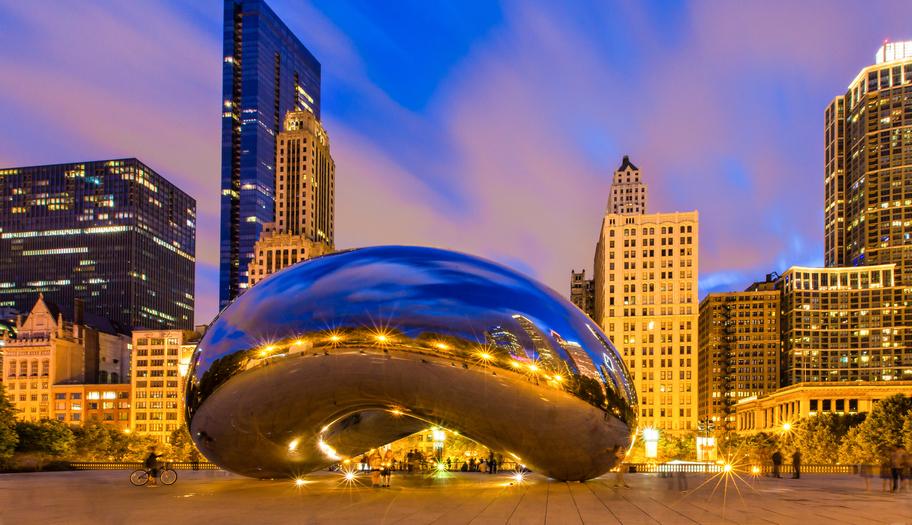 """A Cloud Gate é um dos cartões-postais de Chicago; a escultura é popularmente conhecida como """"o feijão"""", por causa de seu formato"""