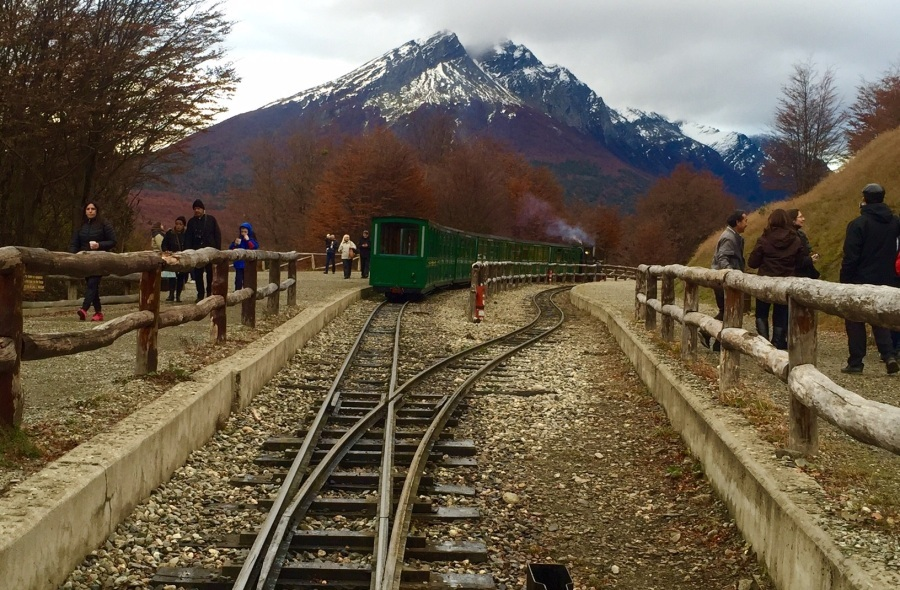 Maria-fumaça é o trem do fim do mundo, passeio que serpenteia 7 km de belezas no Ushuaia