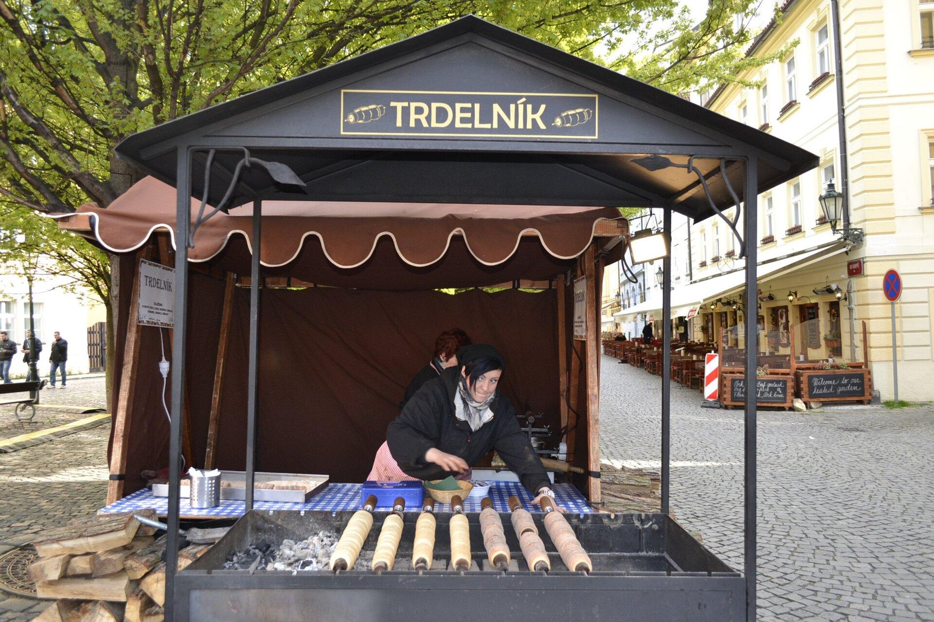 Barraca que serve o trdelník, tradicional doce tcheco