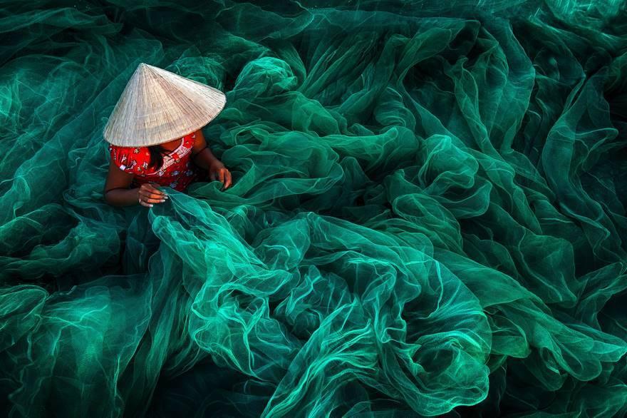 Mulher fabrica rede de pesca em Phan Rang, no Vietnã; foto foi vencedora na categoria Open Color