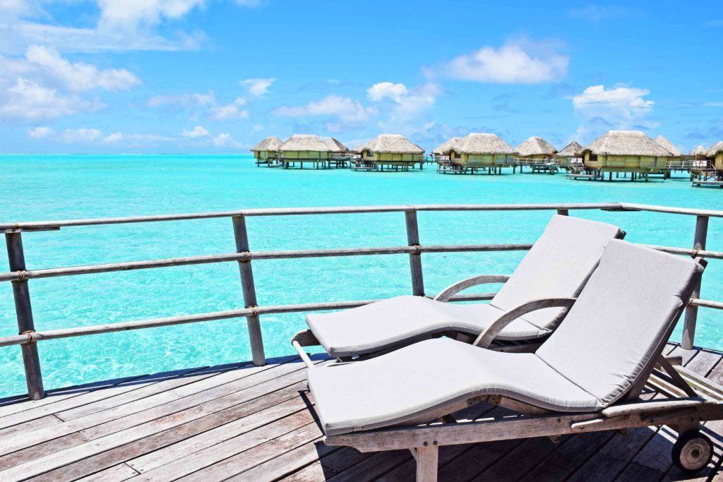 Terraço do bangalô no Le Taha'a Island Resort, na Polinésia Francesa