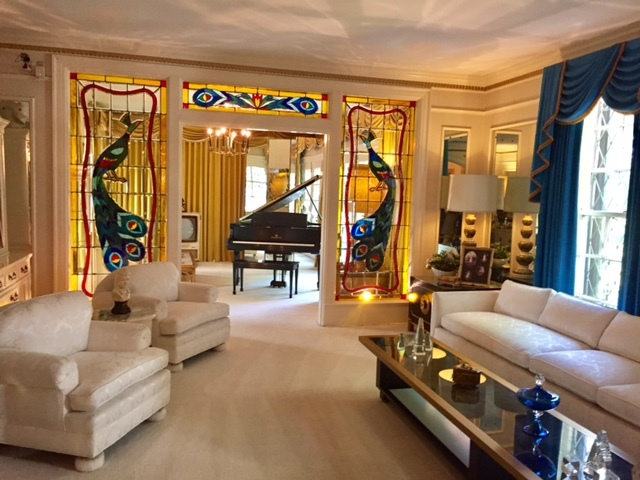 A sala com o piano de Elvis