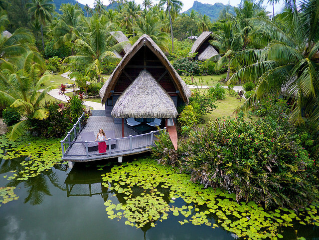 Bangalôs sobre o lago do hotel Maitai Lapita Village, em Huahine