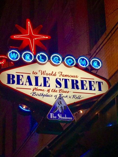 A rua mais famosa e agitada de Memphis