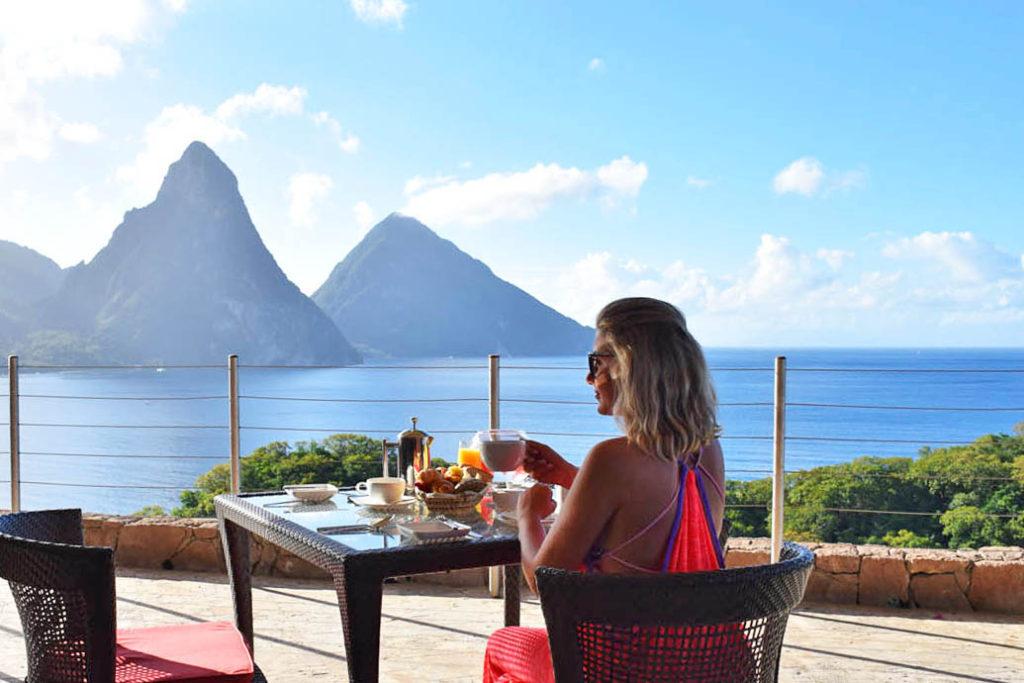 Tomando café no restaurante do hotel Jade Mountain com vista para os Pitons