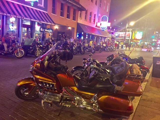 O agito da rua mais boêmia de Memphis