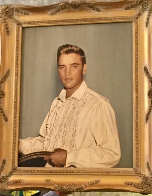 Quadro de Elvis em Graceland, ainda jovem e com os cabelos claros.