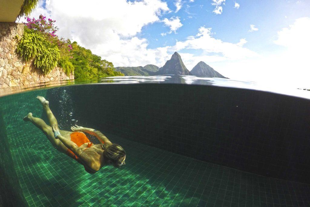 Piscinas revestidas com vidro reciclado no hotel Jade Mountain