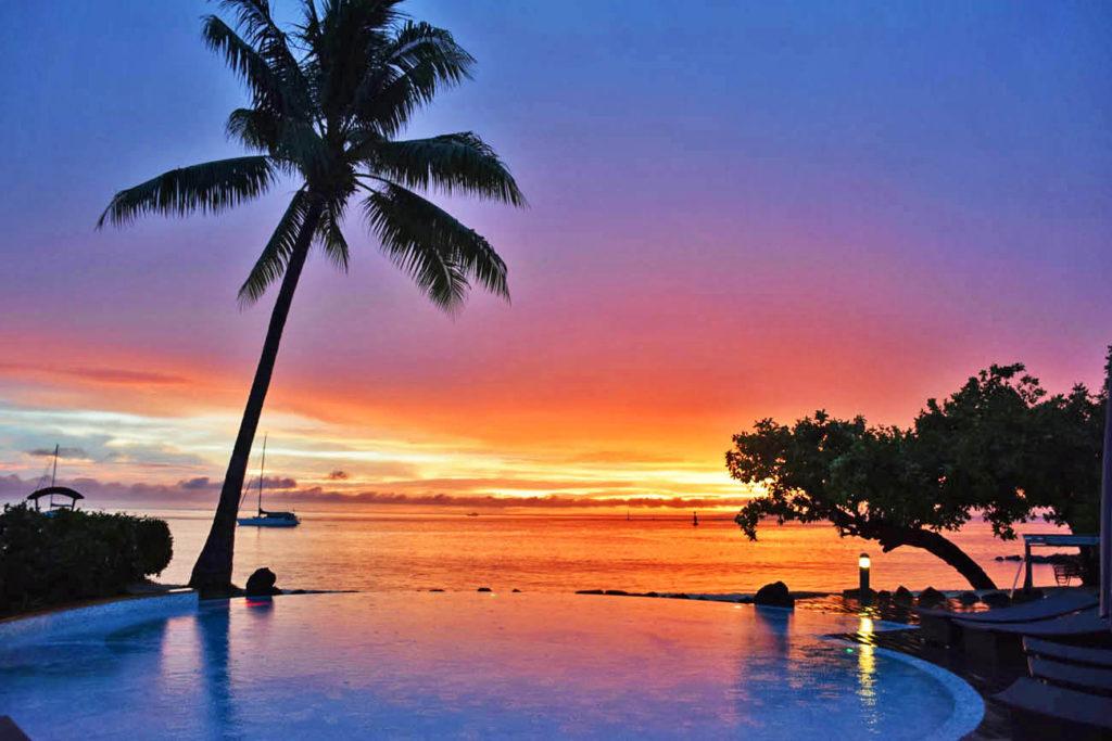 Pôr do sol na piscina do hotel Maitai Lapita Village, em Huahine, Polinésia Francesa