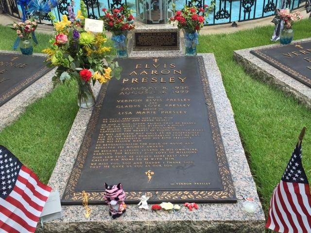O túmulo de Elvis, seus pais e avó no jardim de Graceland