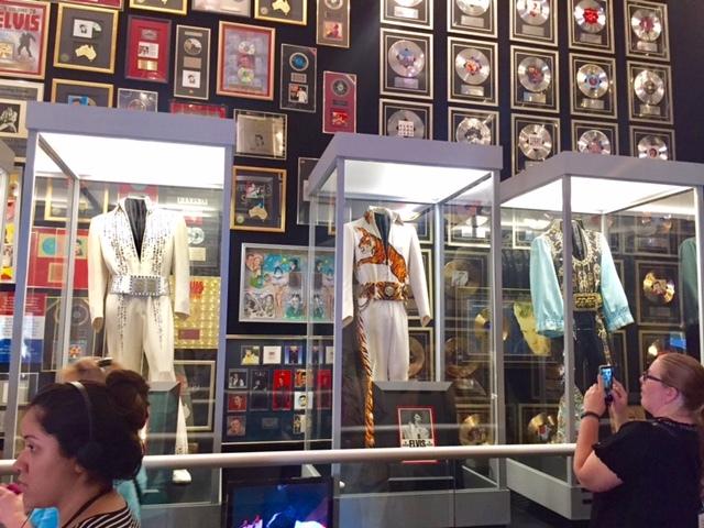Sala com trajes e discos de ouro e platina