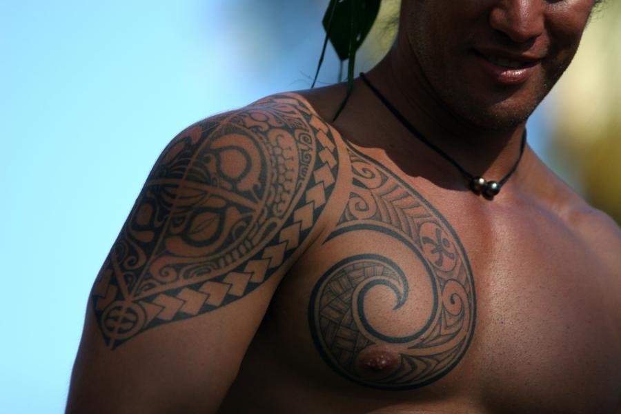 Vida real – homem com tatuagens polinésias