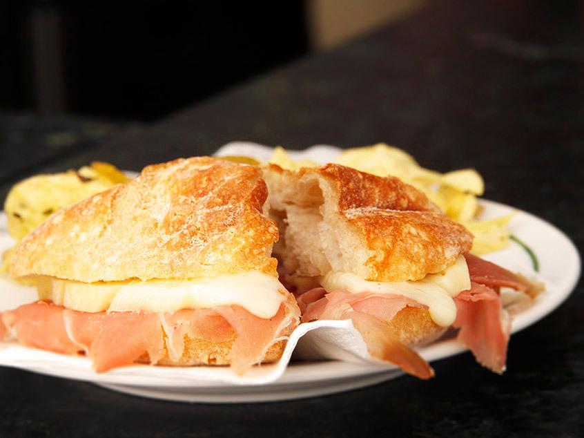 Sanduíches de presunto com queijo Serra da Estrela. Porto.