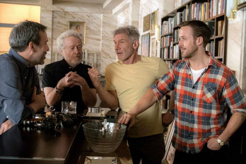 O diretor Denis Villeneuve, o produtor Ridley Scott e os atores Harrison Ford e Ryan Gosling em imagem divulgada pela Warner Bros.