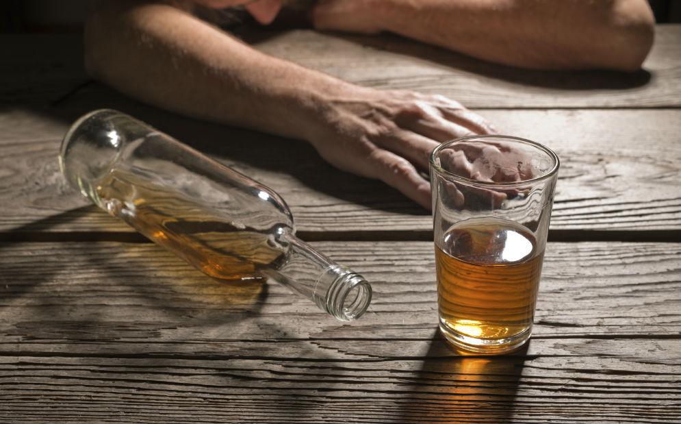 Dores de retirada de cerveja de bebida paradas