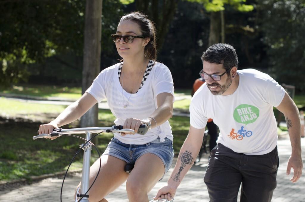 Moça aprende a pedalar com Bike Anjo