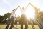 Grupo de jovens em dança circular ao ar livre