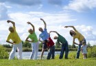 Grupo de pessoas faz ginástica ao ar livre