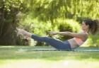 Mulher praticando pilates no solo ao ar livre