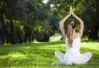 Mulher vestida de branco faz yoga ao ar livre