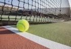 Quadra de tênis com a bolinha parada na rede