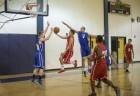 Meninos jogando basquete