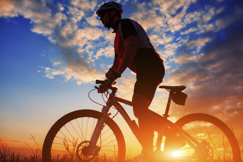 Silhueta de homem andando de bicicleta