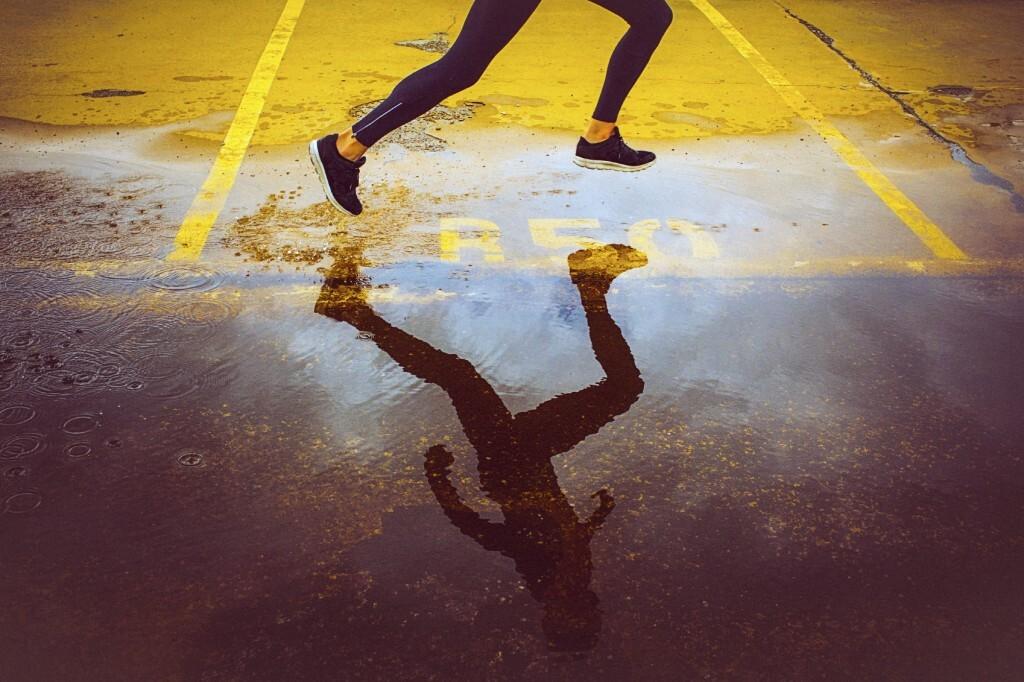 Silhueta de mulher correndo
